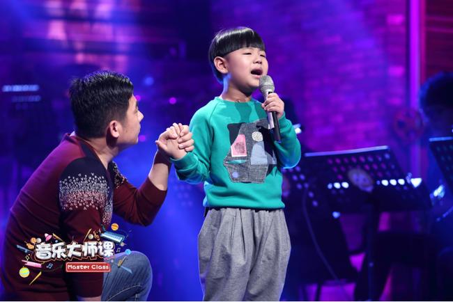 Gặp gỡ cậu bé 7 tuổi từng hát tặng người cha nghiện smartphone khiến người dân Trung Quốc chấn động - Ảnh 4.