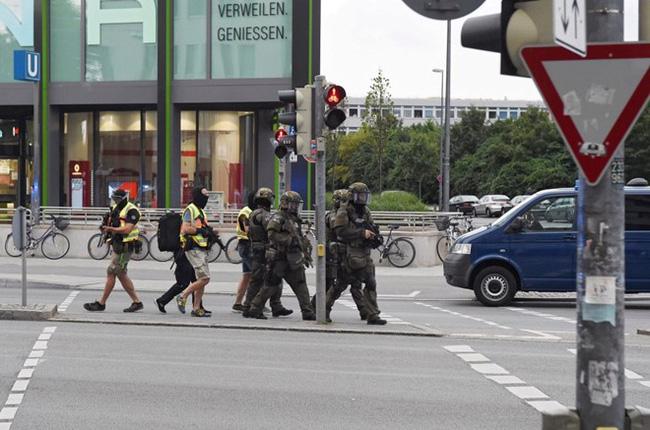 Đức: Xả súng tại trung tâm thương mại thành phố Munich, ít nhất 6 người chết - Ảnh 10.