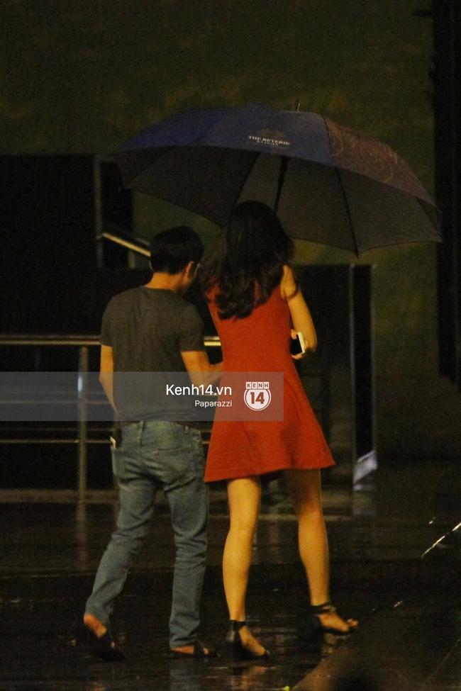 Cường Đô La vừa đi vừa che ô cho Hạ Vi trong đêm mưa - Ảnh 3.
