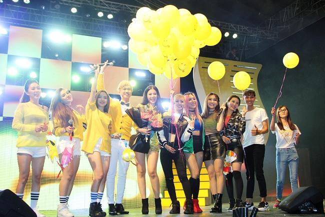 Đông Nhi sung hết cỡ cùng hàng nghìn fan trong đêm mở màn tour liveshow xuyên Việt - Ảnh 20.