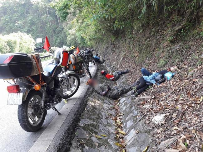 Tranh cãi hình ảnh những phượt thủ nằm ngủ la liệt ở rãnh nước bên đường - Ảnh 2.