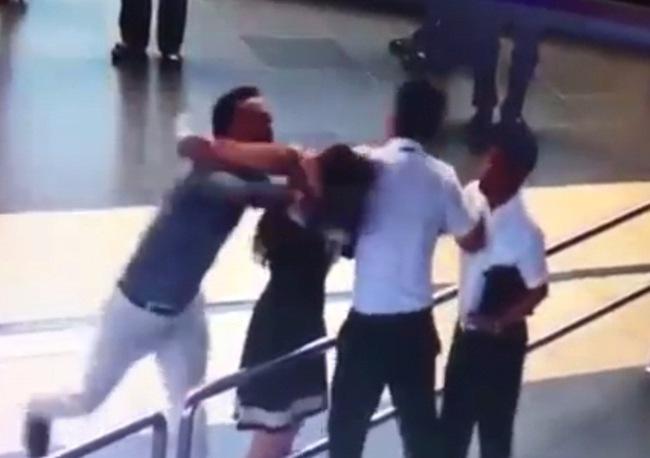 Clip: Nam hành khách đánh vào đầu nữ nhân viên hàng không ở sân bay Nội Bài - ảnh 1