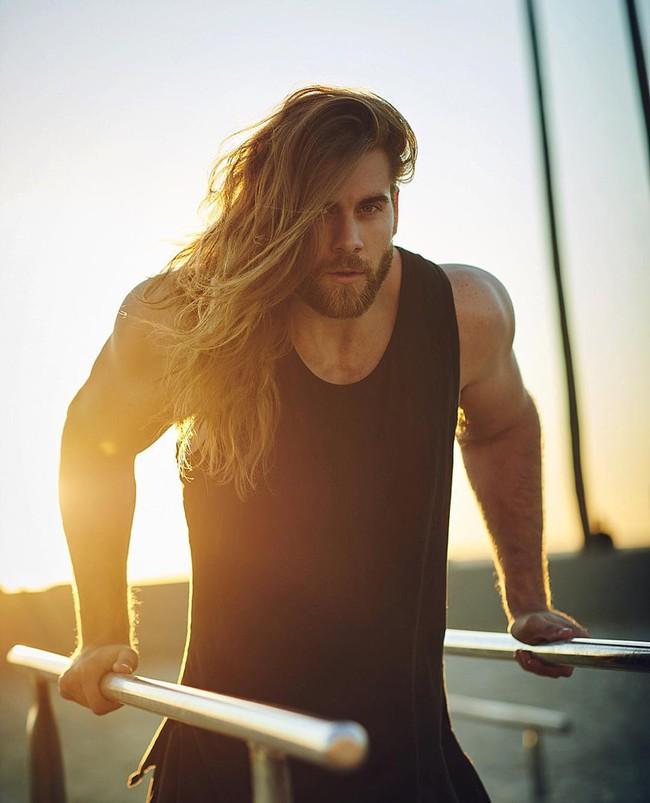 Ai bảo con trai thì không được để tóc dài? Vẫn quyến rũ và nam tính thế này mà! - Ảnh 18.