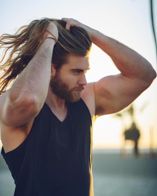 Ai bảo con trai thì không được để tóc dài? Vẫn quyến rũ và nam tính thế này mà! - Ảnh 22.