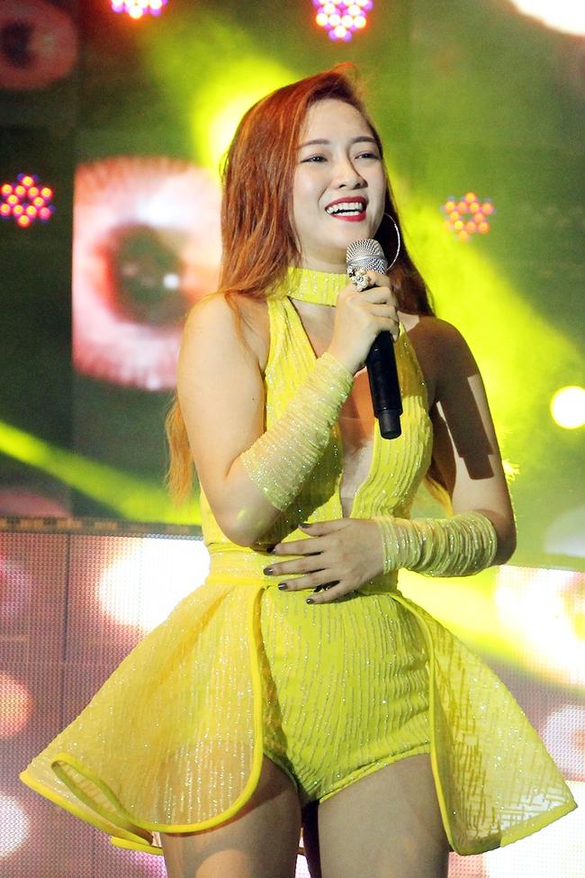 Đông Nhi sung hết cỡ cùng hàng nghìn fan trong đêm mở màn tour liveshow xuyên Việt - Ảnh 16.