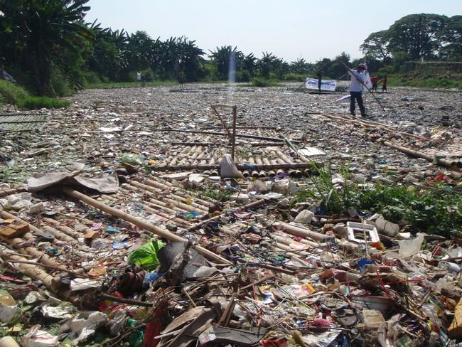 Rùng mình trước hình ảnh những dòng sông đầy rác thải và xác cá chết - Ảnh 21.