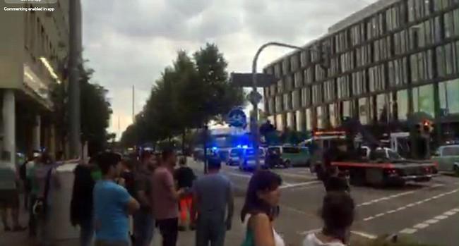 Đức: Xả súng tại trung tâm thương mại thành phố Munich, ít nhất 6 người chết - Ảnh 12.