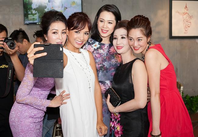 Dàn sao Việt sặc sỡ váy áo, thân thiết cùng nhau trong sự kiện - Ảnh 16.