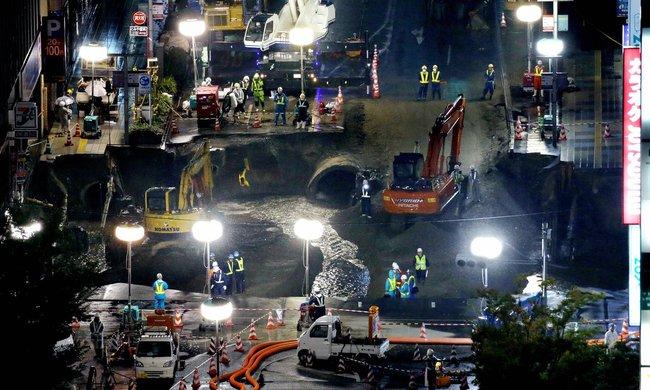 Nhật Bản sửa xong 1 hố tử thần khổng lồ trong vỏn vẹn 2 ngày, xin lỗi người dân vì đã gây ra bất tiện - Ảnh 4.