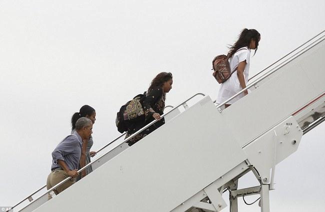 Cư dân mạng nhận xét cha con Tổng thống Obama giữ khoảng cách sau scandal Malia hút cần sa - Ảnh 3.