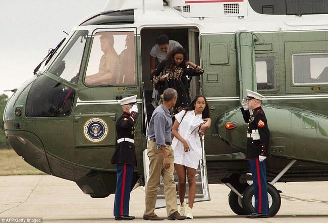 Cư dân mạng nhận xét cha con Tổng thống Obama giữ khoảng cách sau scandal Malia hút cần sa - Ảnh 4.