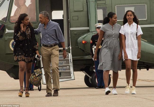 Cư dân mạng nhận xét cha con Tổng thống Obama giữ khoảng cách sau scandal Malia hút cần sa - Ảnh 1.