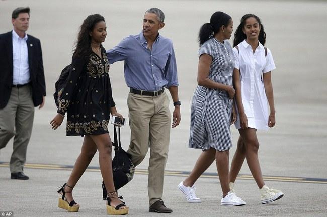 Cư dân mạng nhận xét cha con Tổng thống Obama giữ khoảng cách sau scandal Malia hút cần sa - Ảnh 7.