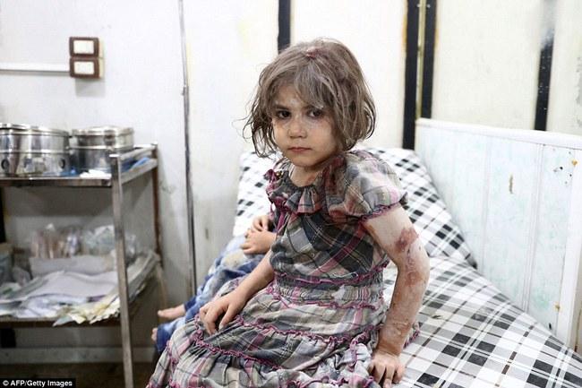 Loạt hình ám ảnh về những đứa trẻ phải sống trong bom đạn chiến tranh ở Syria - Ảnh 11.