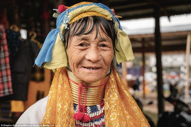 Vườn thú người: nơi những người phụ nữ cổ dài Myanmar làm đồ trưng bày cho khách du lịch Thái Lan - Ảnh 17.