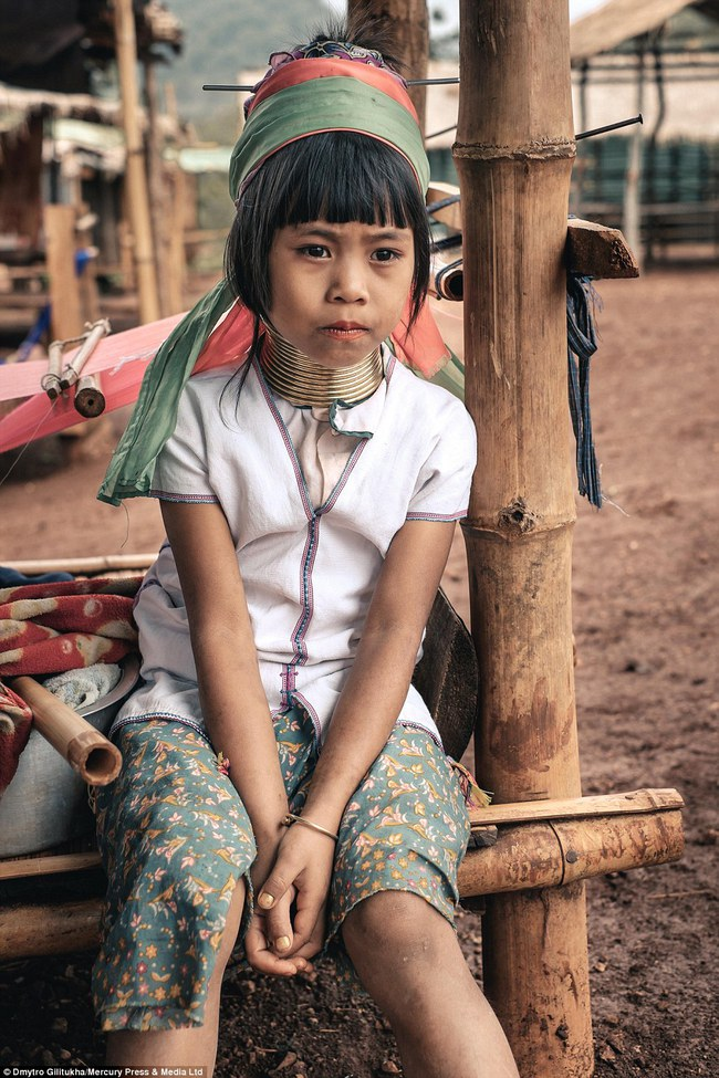 Vườn thú người: nơi những người phụ nữ cổ dài Myanmar làm đồ trưng bày cho khách du lịch Thái Lan - Ảnh 13.