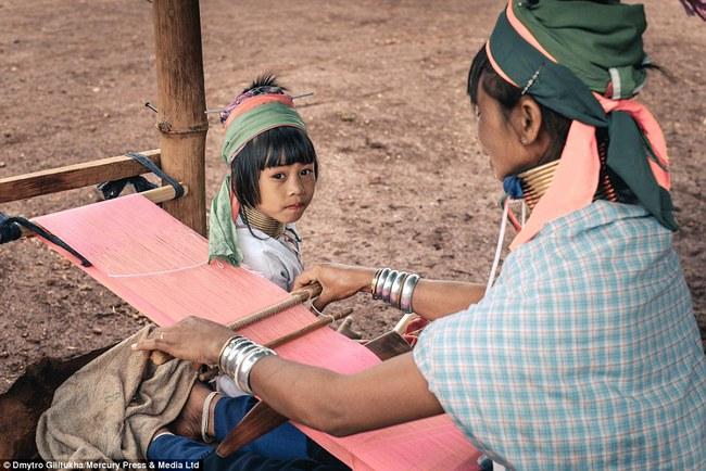 Vườn thú người: nơi những người phụ nữ cổ dài Myanmar làm đồ trưng bày cho khách du lịch Thái Lan - Ảnh 7.