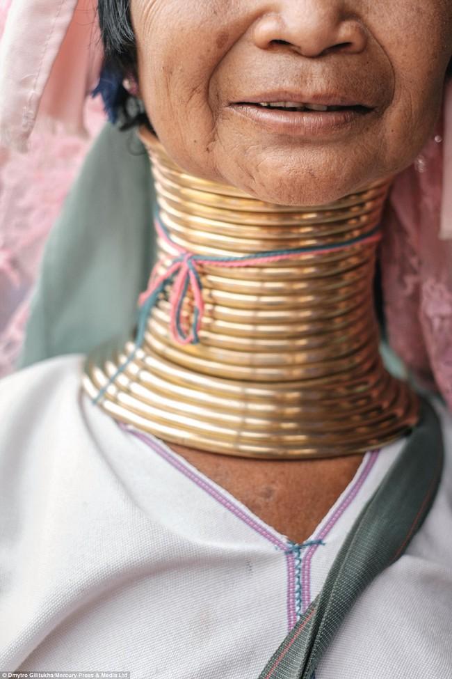Vườn thú người: nơi những người phụ nữ cổ dài Myanmar làm đồ trưng bày cho khách du lịch Thái Lan - Ảnh 15.