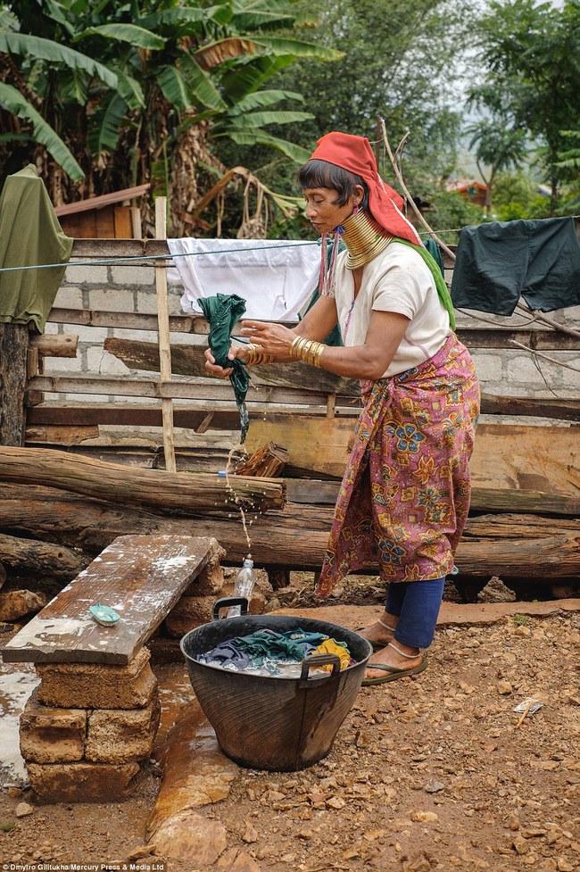 Vườn thú người: nơi những người phụ nữ cổ dài Myanmar làm đồ trưng bày cho khách du lịch Thái Lan - Ảnh 16.
