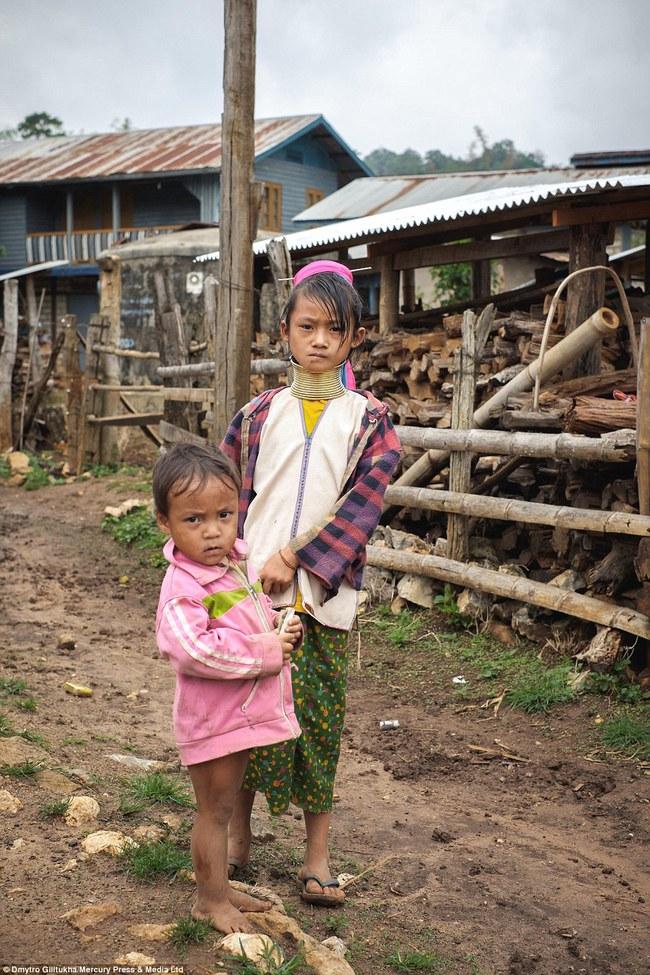 Vườn thú người: nơi những người phụ nữ cổ dài Myanmar làm đồ trưng bày cho khách du lịch Thái Lan - Ảnh 10.