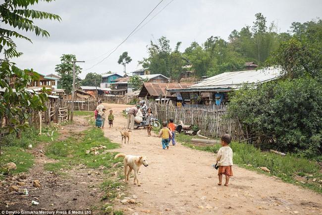 Vườn thú người: nơi những người phụ nữ cổ dài Myanmar làm đồ trưng bày cho khách du lịch Thái Lan - Ảnh 4.
