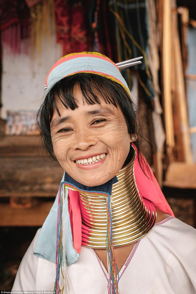 Vườn thú người: nơi những người phụ nữ cổ dài Myanmar làm đồ trưng bày cho khách du lịch Thái Lan - Ảnh 11.