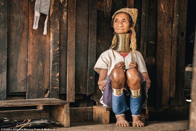 Vườn thú người: nơi những người phụ nữ cổ dài Myanmar làm đồ trưng bày cho khách du lịch Thái Lan - Ảnh 1.