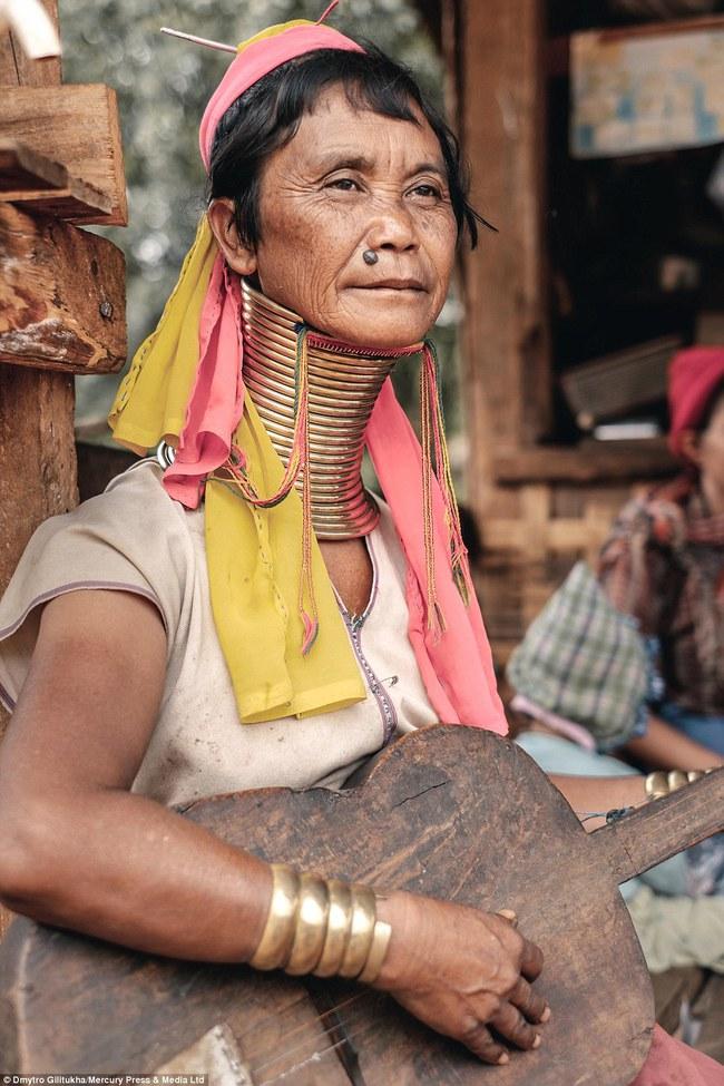 Vườn thú người: nơi những người phụ nữ cổ dài Myanmar làm đồ trưng bày cho khách du lịch Thái Lan - Ảnh 12.