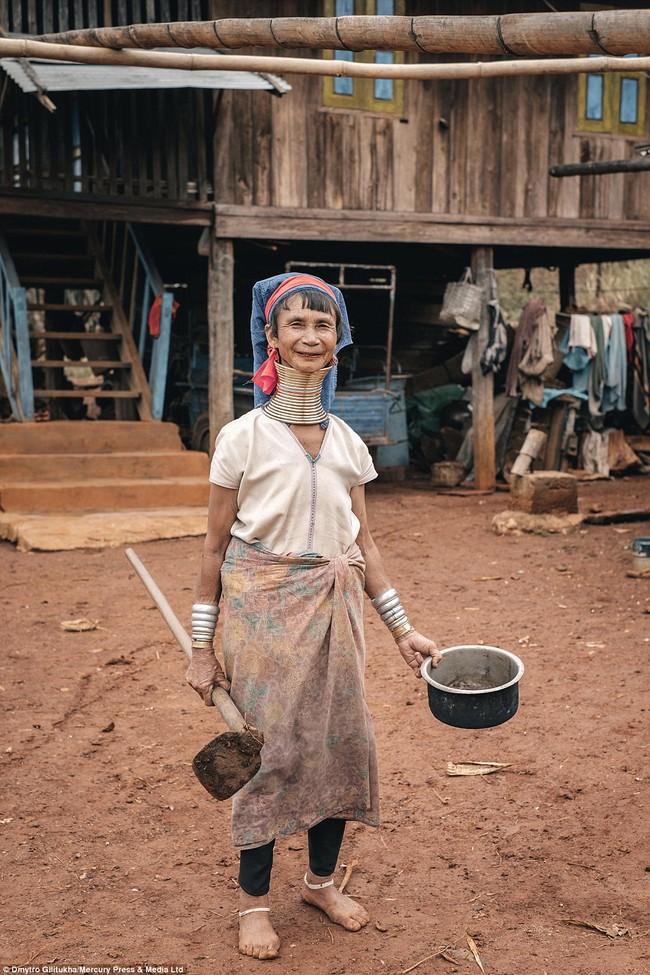 Vườn thú người: nơi những người phụ nữ cổ dài Myanmar làm đồ trưng bày cho khách du lịch Thái Lan - Ảnh 9.