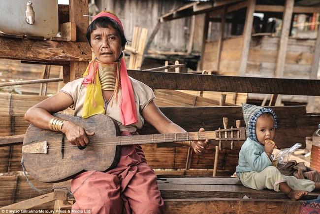 Vườn thú người: nơi những người phụ nữ cổ dài Myanmar làm đồ trưng bày cho khách du lịch Thái Lan - Ảnh 5.