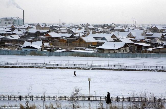 Thị trấn lạnh nhất thế giới có người sinh sống với nhiệt độ có lúc xuống tới -67 độ C - Ảnh 1.