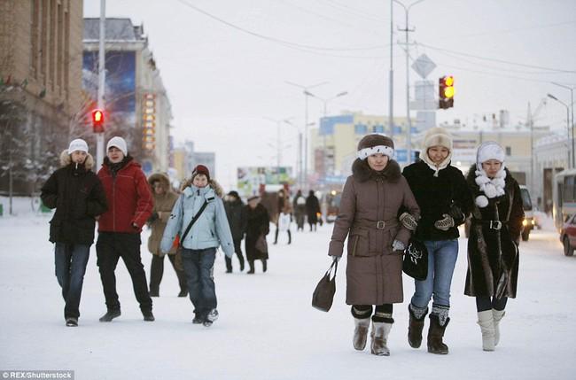 Thị trấn lạnh nhất thế giới có người sinh sống với nhiệt độ có lúc xuống tới -67 độ C - Ảnh 2.
