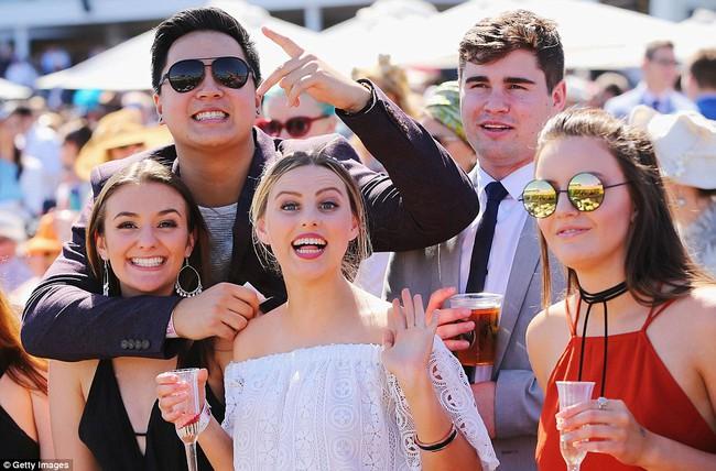 Úc: Cô nàng ăn kẹo bông bỗng nổi như cồn sau khi vô tình lọt vào ống kính nhiếp ảnh gia - Ảnh 8.