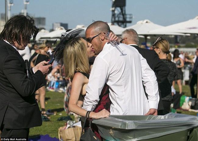 Úc: Cô nàng ăn kẹo bông bỗng nổi như cồn sau khi vô tình lọt vào ống kính nhiếp ảnh gia - Ảnh 5.