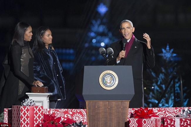 Vậy là lần cuối cùng, gia đình ông Obama thắp cây thông Noel trong mùa giáng sinh tại Nhà Trắng - ảnh 5