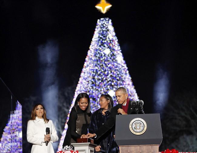 Vậy là lần cuối cùng, gia đình ông Obama thắp cây thông Noel trong mùa giáng sinh tại Nhà Trắng - ảnh 4