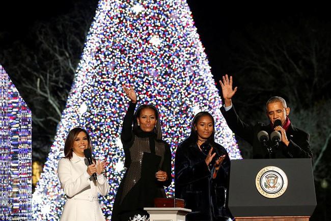Vậy là lần cuối cùng, gia đình ông Obama thắp cây thông Noel trong mùa giáng sinh tại Nhà Trắng - ảnh 2