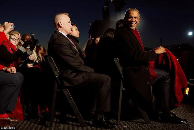 Vậy là lần cuối cùng, gia đình ông Obama thắp cây thông Noel trong mùa giáng sinh tại Nhà Trắng - ảnh 9