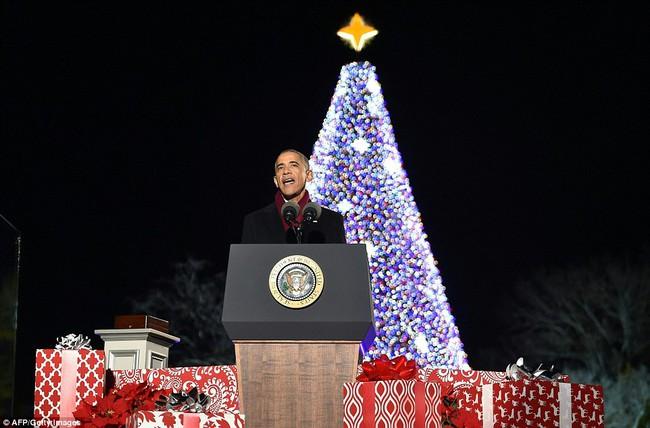 Vậy là lần cuối cùng, gia đình ông Obama thắp cây thông Noel trong mùa giáng sinh tại Nhà Trắng - ảnh 1