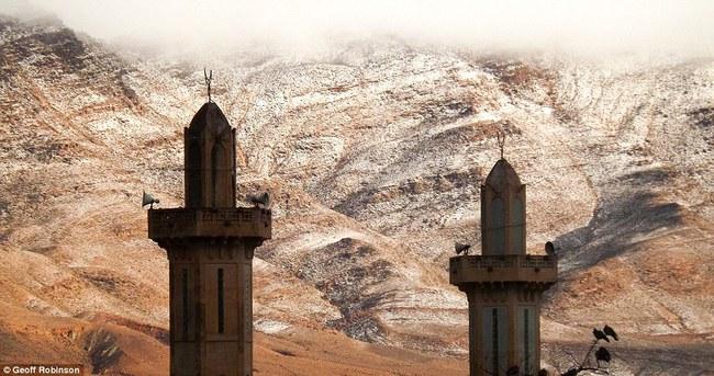 Lần thứ 2 trong lịch sử, sa mạc Sahara có tuyết rơi! - Ảnh 2.