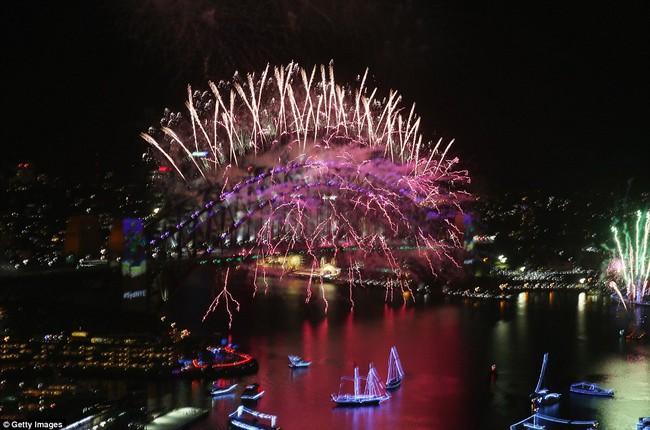 Chùm ảnh: Mãn nhãn với màn trình diễn pháo hoa rực rỡ năm mới 2017 tại Australia và New Zealand - Ảnh 11.