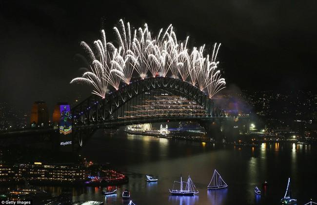 Chùm ảnh: Mãn nhãn với màn trình diễn pháo hoa rực rỡ năm mới 2017 tại Australia và New Zealand - Ảnh 12.
