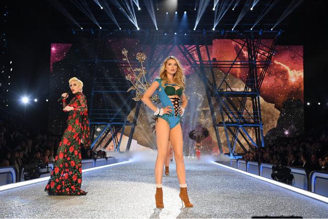 Chiêm ngưỡng loạt hình ảnh nóng bỏng tay trong Victorias Secret Fashion Show 2016! - Ảnh 34.