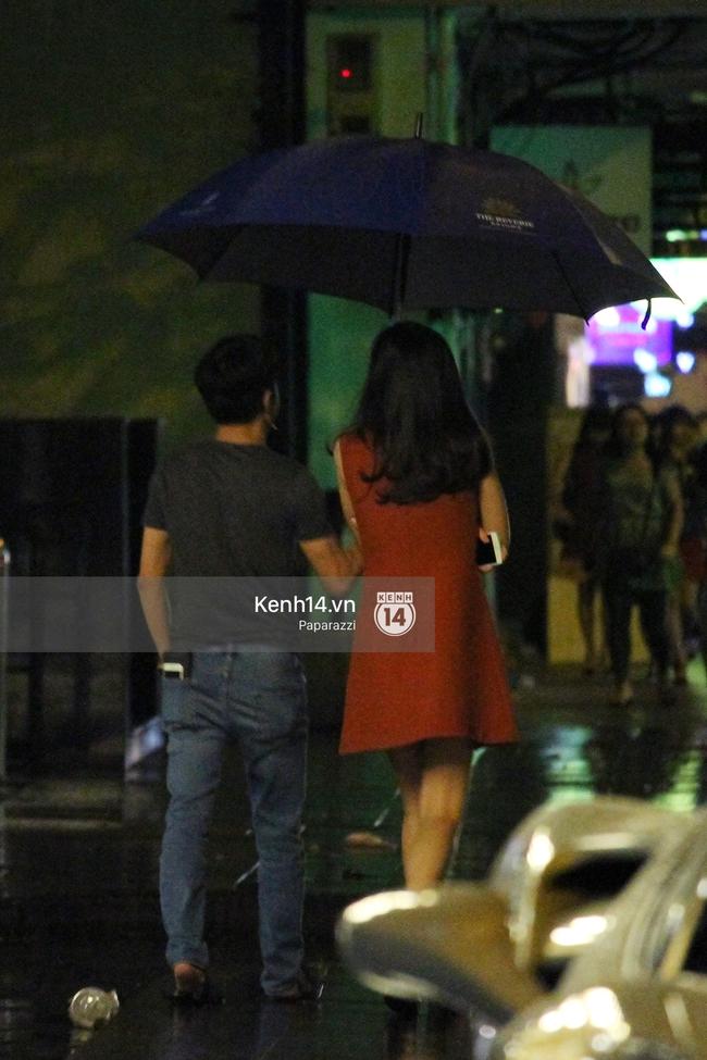 Cường Đô La vừa đi vừa che ô cho Hạ Vi trong đêm mưa - Ảnh 4.