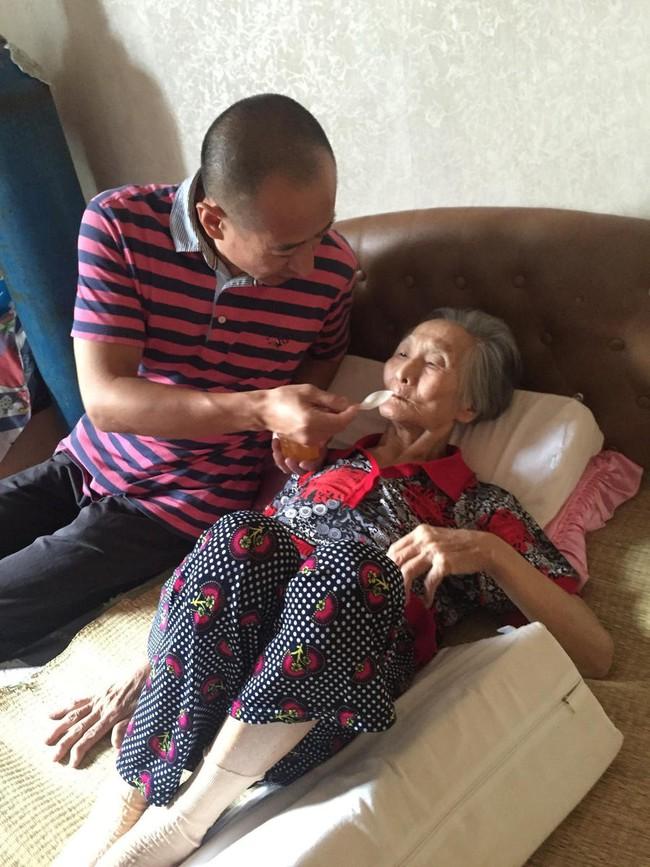 Lặng người trước hình ảnh con trai hiếu thảo ôm người mẹ 82 tuổi ốm yếu ra bờ sông chuyện trò mỗi ngày - Ảnh 5.