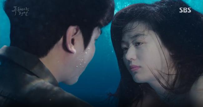 """Blue Sea: """"Thánh bịp"""" Lee Min Ho phát hiện Jeon Ji Hyun là người cá - Ảnh 23."""