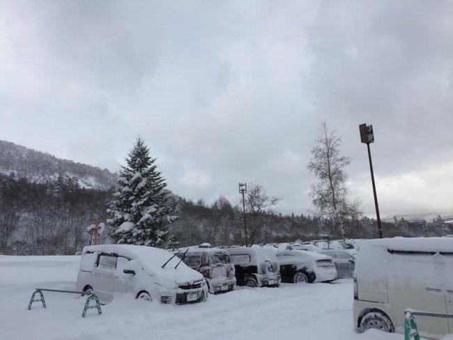 Tuyết rơi dày, hàng trăm du khách Trung Quốc náo loạn sân bay Nhật Bản vì chuyến bay bị hủy - Ảnh 1.
