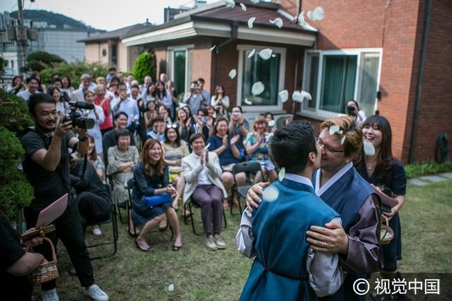 Chuyện tình đẹp của cặp đồng tính nam kết hôn tại Hàn Quốc nhưng phải sang Thụy Sĩ để đăng ký - Ảnh 2.