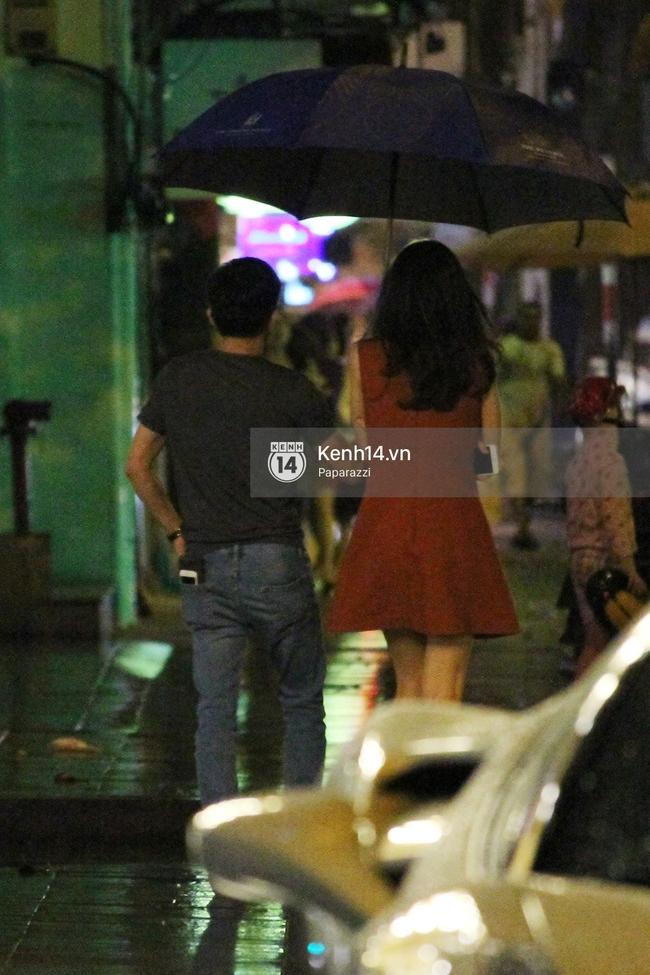 Cường Đô La vừa đi vừa che ô cho Hạ Vi trong đêm mưa - Ảnh 5.