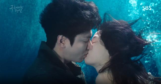 """""""Thánh bịp"""" Lee Min Ho phát hiện Jeon Ji Hyun là người cá"""